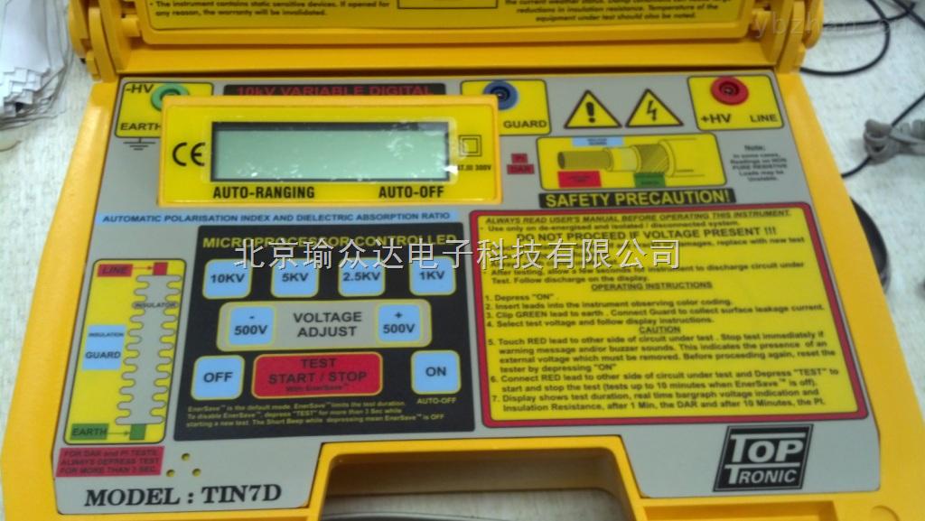 功能与特点: 10KV绝缘电阻测试仪TIN7D是一款高压数字兆欧表,可测量电线电缆的绝缘电阻。 倾斜式大屏幕液晶显示器,利于用户座姿观看测量数值。 测试电压范围极宽,500V-10KV,并可以步进±500V上下可调。 绝缘电阻自动量程,最高至600GΩ。 可应用于电缆绝缘电阻测量和其它需要高压绝缘测量的设备。 极化指数和吸收比快速计算并显示。 内置大规模集成电路保护装置,有效降低表面泄漏电流引起的误差。 仪器具有过压保护装置,外部电压警告指示,自动停止测量功能。