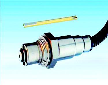 图为:氧传感器及其芯片     汽车排气管尾气能够达标,是