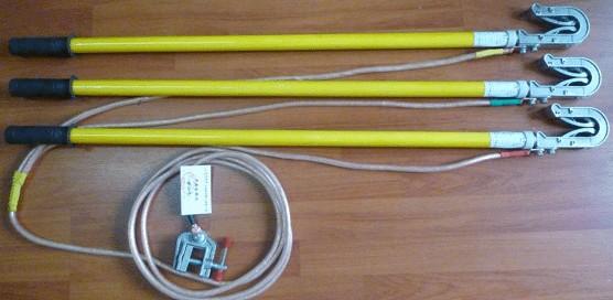直销25KV双舌短路接地棒/接地线使用说明: (1)挂接地线时:先连结接地夹,后接接电夹;拆除接地线时,必须按程序先拆接电夹,后拆接地夹。 (2)安装:将接地软铜线分相上双眼铜鼻子固定在接地棒上的接电夹(接电夹有固定式和活动式)相应位置上,将接地线合相上的单眼铜鼻子固定在接地夹或地针上,构成一套完整的接地线。 (3)核实接地棒的电压等级与操作设备的电压等级是否一致。 (4)接地软铜线有分相式和组合式,接地棒有平口式和双簧钩式线夹。 直销25KV双舌短路接地棒/接地线技术参数: